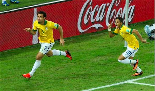* El jugador de Brasil, Pedro, izquierda, festeja con su compañero Neymar tras anotar un gol contra Espasña en la final de la Copa Confederaciones el domingo, 30 de junio de 2013, en Río de Janeiro. (AP Photo/Eugene Hoshiko)