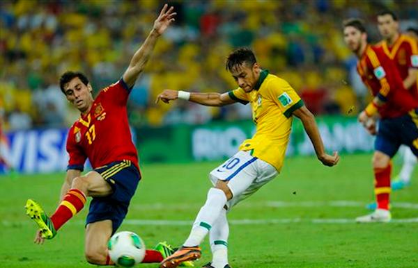 * El jugador de Brasil, Neymar, derecha, anota un gol contra España en la final de la Copa Confederaciones el domingo, 30 de junio de 2013, en Río de Janeiro. (AP Photo/Victor R. Caivano)