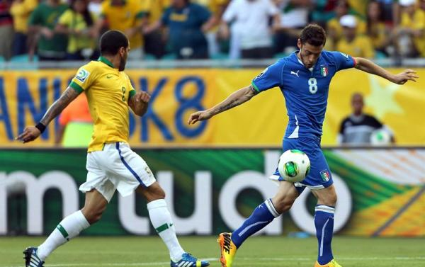 El defensa de Brasil Daniel Alves (i) presiona al centrocampista de Italia Claudio Marchisio, durante el partido, correspondiente al grupo A de la Copa Confederaciones, que las dos selecciones juegan esta tarde en el estadio Fonte Nova, en Salvador, Brasil. EFE/ Antonio Lacerda