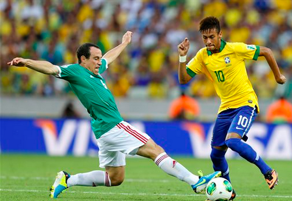 El jugador de México, Gerardo Torrado, izquierda, disputa un balón con el jugador de Brasil, Neymar, en un partido por la Copa Confederaciones el miércoles, 19 de junio de 2013, en Fortaleza, Brasil. (AP Photo/Fernando Llano)