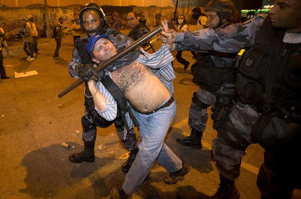 Se han hecho reclamos por parte de grupos a favor de los derechos humanos del trato de la policía a los manifestantes.