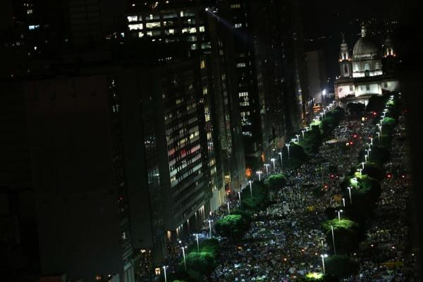 * Miles de manifestantes se sumaron a otra jornada de protestas hoy, jueves 20 de junio de 2013, en Río de Janeiro (Brasil). EFE/ Marcelo Sayão