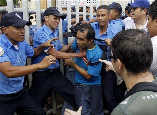 Manifestantes antigubernamentales batallan con la policía frente a la Asamble Nacional de Nicaragua durante una protesta contra el proyecto para construir una via interoceánica en el país, en Managua, Nicaragua, el jueves 13 de junio de 2013. (Foto AP/Esteban Félix)
