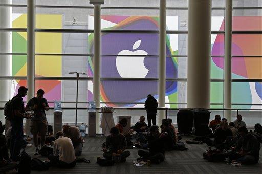 Unas personas asisten a la Conferencia Mundial de Desarrolladores de Apple, el lunes 10 de junio de 2013 en San Francisco. (Foto AP/Eric Risberg)