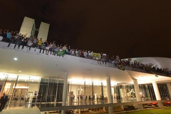 * Con reportes de EFE. BRASILIA (BRASIL), 17/06/2013 .- Cientos de manifestantes invaden temporalmente uno de los tejados bajos del Congreso durante una protesta por el alza en el valor del transporte público hoy, 17 de junio de 2013, en Brasilia (Brasil). EFE/ MARCELO CASALL /