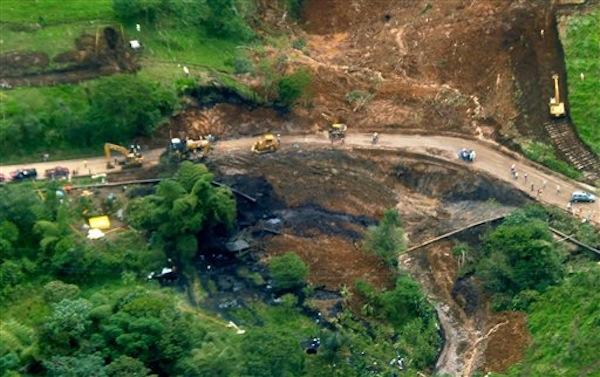 Esta fotografía difundida por Petroecuador el martes 4 de junio de 2013 muestra una imagen aérea del sitio de derrame de crudo causado por la ruptura de un oleoductco cerca del volcán El Reventador, en la amazonia ecuatoriana. (AP foto/ Petroecuador)