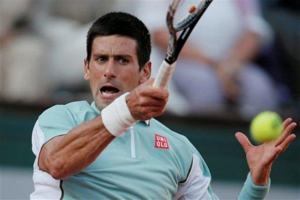 El serbio Novak Djokovic devuelve una pelota ante el búlgaro Grigor Dimitrov en el Abierto de Francia el sábado, 1 de junio de 2013, en París. (AP foto/Michel Spingler)