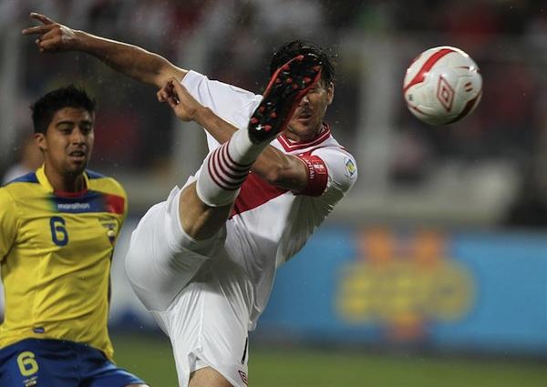 Claudio Pizarro metió el gol con que Perú ganó a Ecuador. EFE