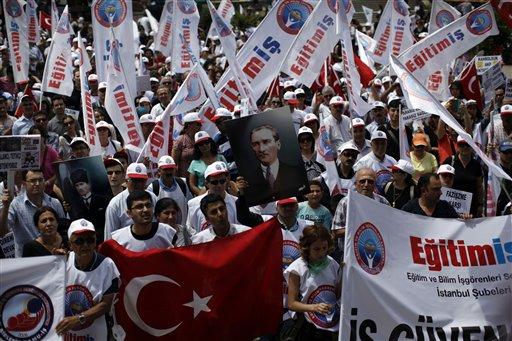 Los manifestantes se concentran en el parque de Gezi, cerca de la Plaza Taksim, en Estambul el miércoles, 5 de junio del 2013, en una concentración antigubernamental. (Foto AP/Kostas Tsironis)