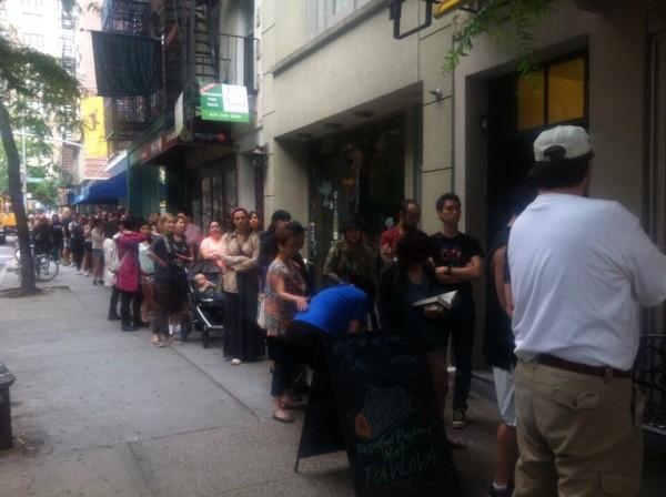 La gente hace colas durante horas para saborear uno de esos 200 bollos de moda que cada día se venden en la Gran Manzana.