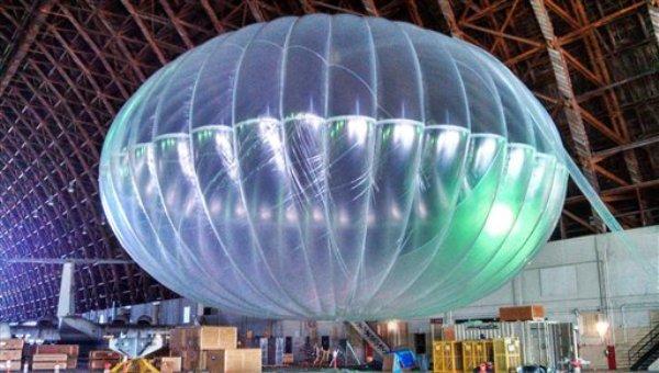 En esta fotografía del 1 de marzo de 2013 difundida por Google, se ve un globo aerostático inflado en un hangar de la pista Moffett Field, en California. Google probará los globos como enlaces a internet para usuarios en tierra. (Foto AP/Google, Andrea Dunlap)