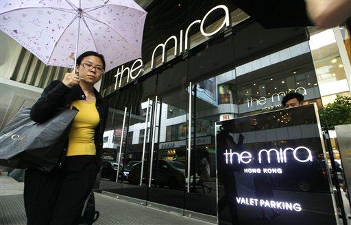 Una mujer camina frente al hotel Mira en Hong Kong el martes 11 de junio de 2013. Edward Snowden, un ex empleado de la CIA que difundió documentos ultrasecretos sobre programas de vigilancia en Estados Unidos, salió de este hotel el lunes luego de hospedarse y no ha sido visto en público en el territorio. (Foto AP/Kin Cheung)