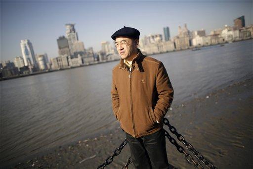 En esta foto del 28 de enero de 2013, el científico estadounidense nacido en China Hu Zhicheng posa junto al río Huangpu en Shanghái, China. (Foto AP/Eugene Hoshiko, Archivo)
