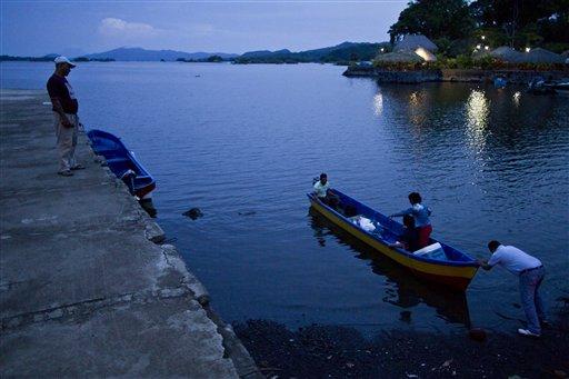 Fotografía de archivo del 7 de junio de 2013 de una persona empujando un bote en el Lago Nicaragua, cerca de Granada, Nicaragua. (Foto AP/Esteban Felix)