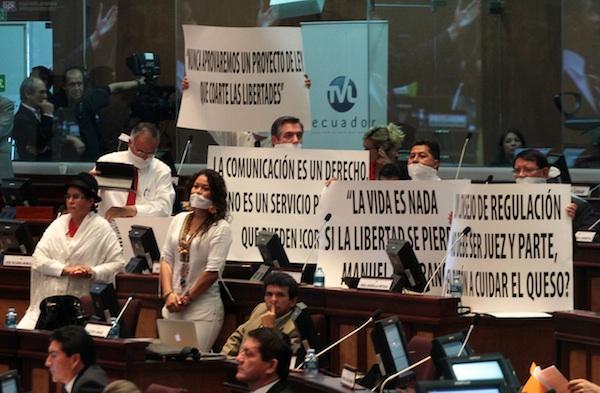 Legisladores de oposición, el viernes 14 de junio, mientras se votaba la ley de comunicación. API/Juan Cevallos.
