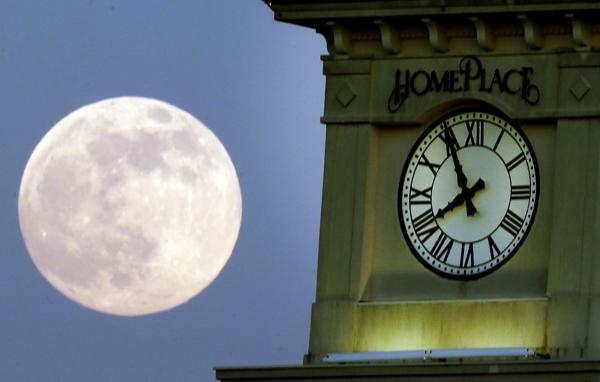 * La superluna al lado de la torre del reloj Home Place en Prattville, Alabama, el sábado 22 de junio de 2013. La superluna alcanzó su mayor esplendor el domingo en la mañana al parecer 14% más grande de lo normal. (AP Fhoto/Dave Martin)