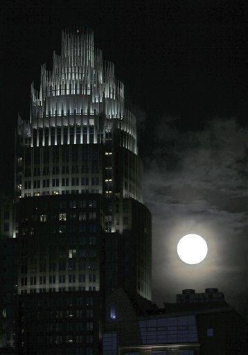 Luna llena. Al fondo de las oficinas del Bank of America en el centro de Charlotte, Carolina del Norte, el sábado 22 de junio de 2013.  (AP Foto/Chuck Burton)