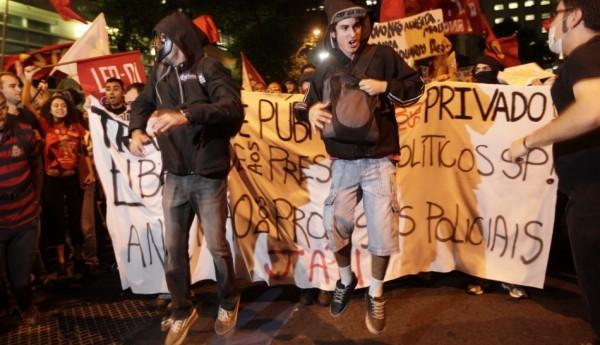 Miles de manifestantes salieron anoche a las calles en las dos ciudades más grandes de Brasil para protestar aumentos en las tarifas del autobús y el metro, y algunos se enfrentaron con policías. (AP)