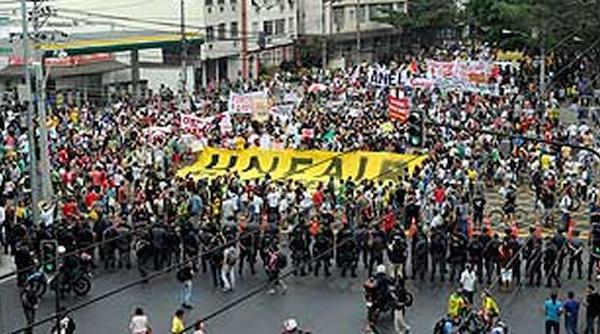 manifestantes marchan Maracaná
