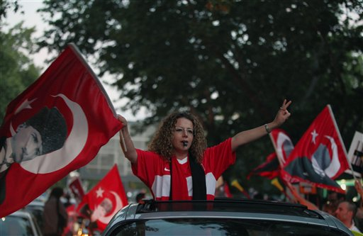 Manifestantes ondean una bandera del fundador de Turquía, Kemal Ataturk mientras marchan contra el gobierno en la capital Ankara, el domingo 9 de junio de 2013. (Foto AP/Burhan Ozbilici)