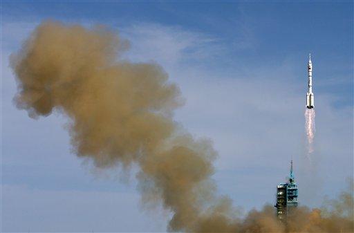 El cohete Larga Marcha 2F con la cápsula tripulada Shenzhou 10 despega del Centro de Lanzamiento de Satélites de Jiuquan en la provincia de Gansu, en el noroeste de China, el martes 11 de junio de 2013. (Foto AP/Andy Wong)