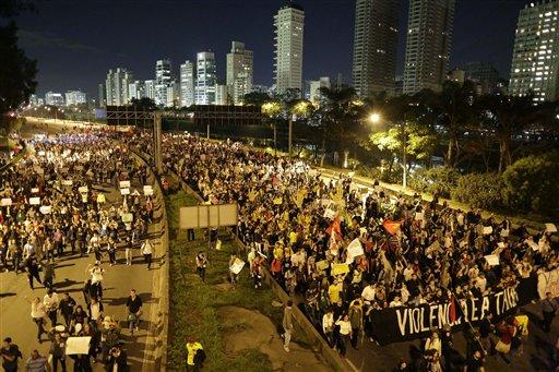 Vista de una marcha de protesta en Sao Paulo el 17 de junio del 2013, durante la disputa de la Copa Confederaciones (AP Foto/Nelson Antoine)