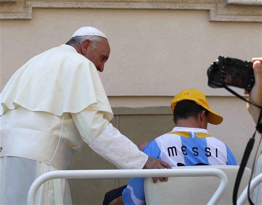 El papa Francisco junto a Alberto di Tullio al final de la audiencia semanal en la Plaza de Sam Pedro del vaticano el miércoles, 19 de junio del 2013. (Foto AP/Alessandra Tarantino)