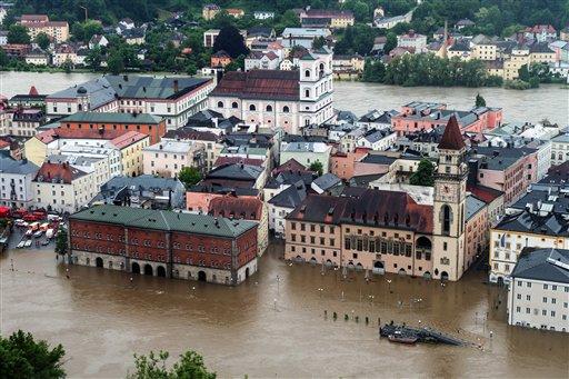 Partes de la ciudad de Passau inundadas por la crecida del río Danubio, en el sudeste de Alemania, el domingo 2 de junio del 2013. Las copiosas lluvias han causado inundaciones en Alemania, Austria, y la República Checa. (Foto AP/dpa, Armin Weigel)