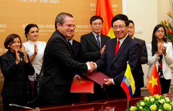 Hanoi (Vietnam), 24 de Junio del 2013. El Canciller Ricardo Patiño se reunió con el Ministro de Relaciones Exteriores Pham Binh Minh y firmaron el Memorando de Entendimiento sobre Mecanismos de Cooperación de la Cuenca del Pacífico. Foto difundida por la Cancillería.
