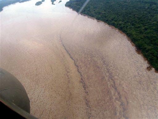 Esta fotografía difundida por Petroecuador el martes 4 de junio de 2013 muestra una imagen aérea del derrame de crudo en el río Coca causado por la ruptura de un oleoductco cerca del volcán El Reventador, en la amazonia ecuatoriana. (AP foto/ Petroecuador)