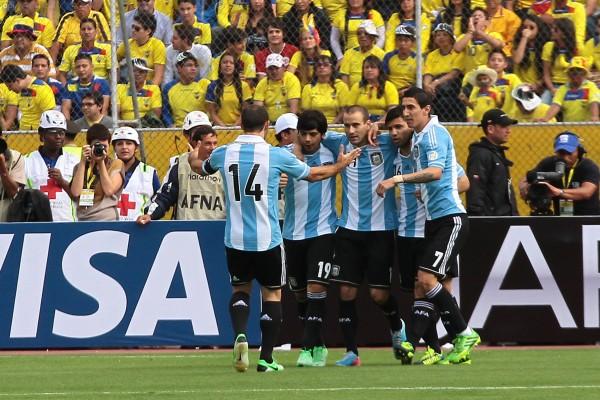 El equipo argentino celebra su primer gol, anotado por Sergio Agüero.