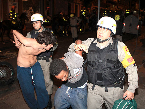La policía detiene a presuntos agitadores a la revuelta.