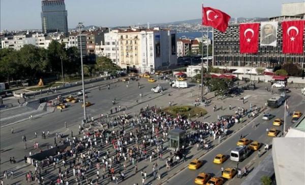 """Varias personas participan en una protesta """"Duran adam"""" (el hombre en pie, el hombre erguido), sin proclamas, en silencio, en la plaza Taksim de Estambul, Turquía. EFE"""