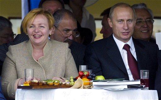 Foto del 3 de julio del 2004 del presidente Vladimir Putin y su esposa Lyudmila en el Hipódromo Central de Moscú. Putin y Lyudmila anunciaron el jueves, 6 de junio del 2013 que se divorcian tras casi 30 años de matrimonio. (Foto AP/Alexander Zemlianichenko)