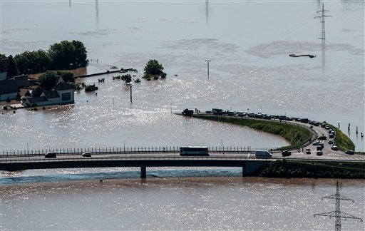 Panorámica desde Radobyl mientras la crecida de las aguas en la aldea de Mlekojedy por la c recida del río Elba cerca de Litomerice, a 70 kilómetros (43 millas)al noroeste de Praga, tomada el miércoles, 5 de junio del 2013. La lluvia incesante ha causado inundaciones en Alemania, Austria, Suiza y la República Checa. (Foto AP/CTK, Radek Petrasek)
