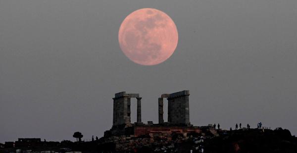 """* Una foto de una """"superluna"""" en una foto de archivo tomada el 5 de mayo del 2012 se levanta sobre el Templo de Poseidon en Cabo Sounion, en el sureste de Atenas, Grecia.  (Foto AP/Dimitri Messinis)"""