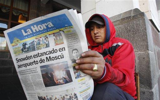 Un hombre lee un diario con el titular sobre Snowden en Moscú, en Quito, Ecuador, el miércoles 26 de junio de 2013. Con Snowden todavía en el Moscú y Estados Unidos presionando para su regreso, muchos ecuatorianos comenzaron a darse cuenta que los profundos lazos económicos de su pequeño país con Estados Unidos pudieran signifcar que tiene mucho que perder en el enfrentamiento internacional sobre el denunciante de la Agencia de Seguridad Nacional (NSA). (Foto AP/Dolores Ochoa)