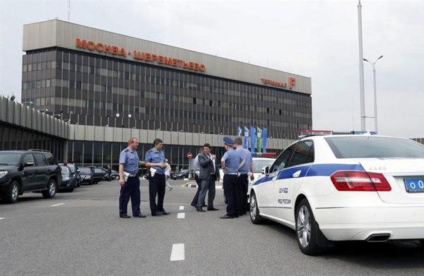 Varios policías vigilan en el aeropuerto Sheremetyevo de Moscú, Rusia. Foto EFE/Yuri Kochetkov