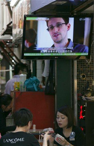 Una televisión muestra a Edward Snowden, ex empleado de la CIA que filtró documentos secretos sobre los programas de espionaje interior en Estadios Unidos, en un restaurante de Hong Kong el miércoles, 12 de junio del 2013. El paradero de Snowden es desconocido. (Foto AP/Kin Cheung)