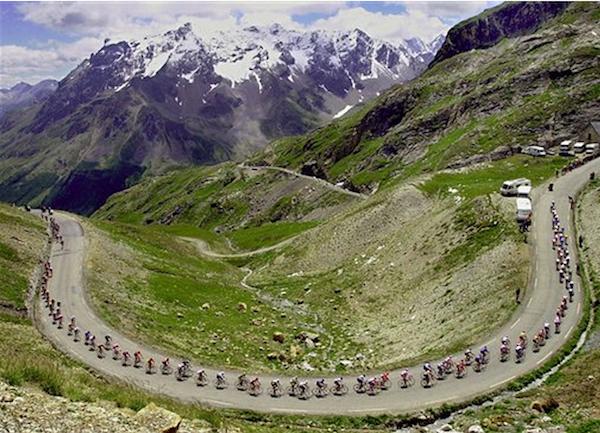 En esta foto del 16 de julio del 2000 se ve a los competidores durante la etapa 15 del Tour de Francia en la escalada del Galbier en el trayecto entre Briancon y Courchevel en los Alpes franceses. La centésima edición del Tour comienza el 29 de junio del 2013 (AP Foto/Christophe Ena, Archivo)