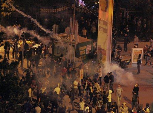 Policía antidisturbios utiliza gas lacrimógeno para dispersar a manifestantes turcos reunidos en la calle Kennedy antes de enfrentarse con la policía en Ankara, Turquía la madrugada del miércoles 12 de junio de 2013. (Foto AP/Burhan Ozbilici)
