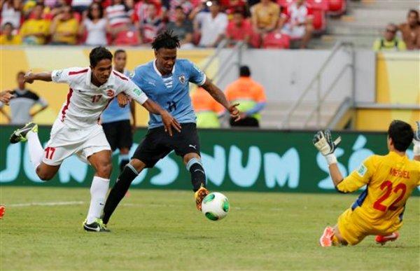 Foto de archivo. El jugador de Uruguay, Abel Hernández, centro anota un gol contra Tahití en la Copa Confederaciones el domingo, 23 de junio de 2013, en Recife, Brasil. (AP Photo/Eugene Hoshiko)