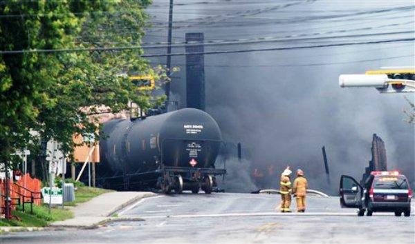 Humo sale de un tren descarrilado que transportaba crudo en el centro de Lac Megantic, en Quebec, Canadá, el sábado 6 de julio del 2013. El descarrilamiento causó la evacuación de hasta 1.000 personas, (Foto AP/The Canadian Press, Paul Chiasson)