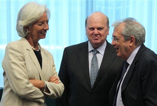 El ministro de Finanzas de Italia, Fabrizio Saccomanni (derecha) conversa con la directora gerente del Fondo Monetario Internacional, Christine Lagarde (izquierda), y el ministro de Finanzas de Irlanda, Michael Noonan, durante la reunión del Eurogrupo en Bruselas, Bélgica, el lunes 8 de julio de 2013. (Foto AP/Yves Logghe)