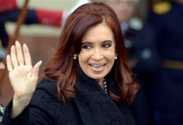 La presidenta de Argentina Cristina Fernández saluda a los fotógrafos antes del inicio de la cumbre de jefes de Estado del bloque económico Mercosur en Montevideo, Uruguay, el viernes 12 de julio de 2013. (AP foto/Matilde Campodonico)