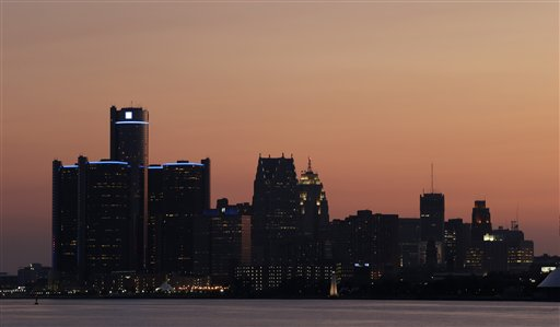 Un atardecer sobre Detroit, el jueves 18 de julio del 2013. El administrador designado por el estado, Kevyn Orr solicitó el jueves a un juez federal autorización para colocar a Detroit bajo la protección del Capítulo 9 de la ley de bancarrota. (Foto AP/Paul Sancya)