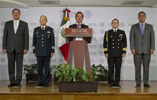 El vocero del gobierno de México Eduardo Sánchez (centro) habla en una conferencia de prensa acompañado de Rodrigo Archundia (izquierda) de la Procuraduría General de la República, el general Martín Terrones (segundo desde la izq.), el vocero de la Secretaría de Defensa, el capitán de la Armada Jorge Vázquez (segundo desde la derecha), portavoz de la Armada de México y Carlos Cervantes, comisionado de seguridad nacional y de la policía federal en la Ciudad de México el lunes 15 de julio de 2013. Sánchez anunció que Miguel Angel Treviño Morales, el brutal líder del cartel de los Zetas, fue capturado por la Armada de México el lunes.  (Foto AP/Christian Palma)