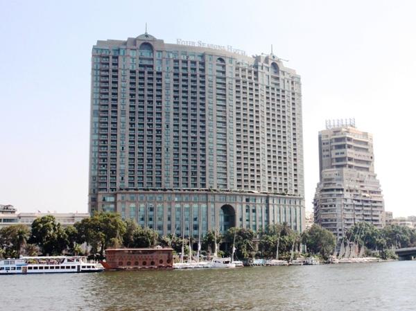 """Hotel """"Four Seasons"""" visto desde el rio Nilo, El Cairo."""