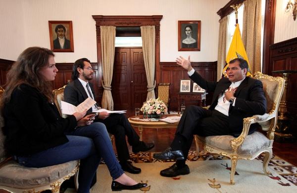 Quito, 01 jul 2013.- El Presidente de la República, Rafael Correa, durante una entrevista para la agencia de noticias AFP, en el salón Protocolario del Palacio de Carondelet. Foto: Miguel Ángel Romero/Presidencia de la República.