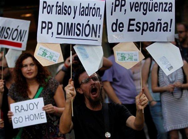 Manifestantes piden la renuncia del presidente de gobierno de España, Mariano Rajoy, en una protesta en Madrid, el martes 9 de julio de 2013. (Foto AP/Andres Kudacki)